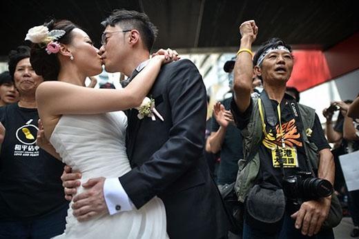Tình yêu vẫn thăng hoa giữa không gian hỗn loạn của cuộc biểu tình ở Hong Kong. Ảnh: AFP.