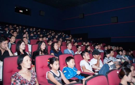 Mr.Đàm cùng các diễn viên phim Hiệp sĩ mù vào rạp ngồi xem lại bộ phim - Tin sao Viet - Tin tuc sao Viet - Scandal sao Viet - Tin tuc cua Sao - Tin cua Sao