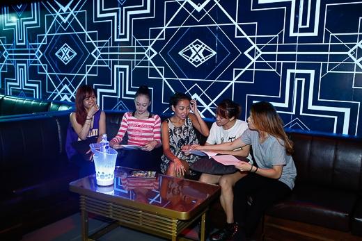 Thảo Trang diện váy mỏng đi tập nhạc
