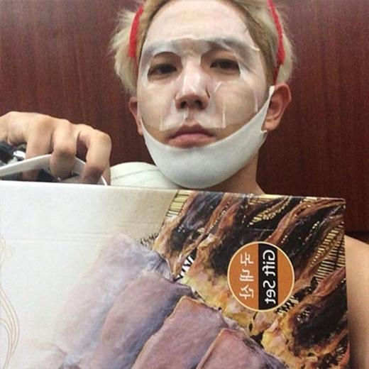 Kang In khoái chí khi đắp mặt nạ dưỡng da