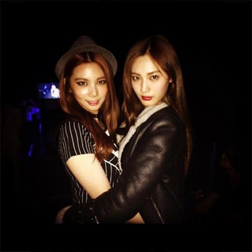 Nana va Ka Eun bất ngờ chụp hình cùng nhau trong chương trình2014 Girls Awards