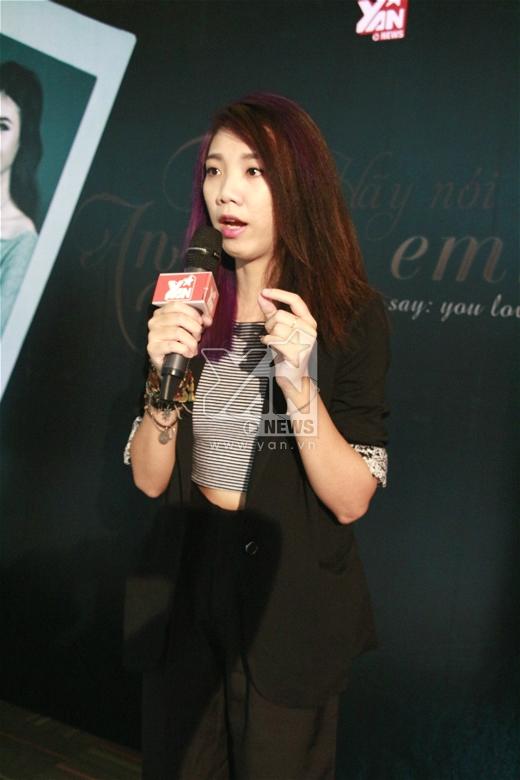 Nữ đạo diễn trẻ diện cây den cá tính đến buổi ra mắt phim.
