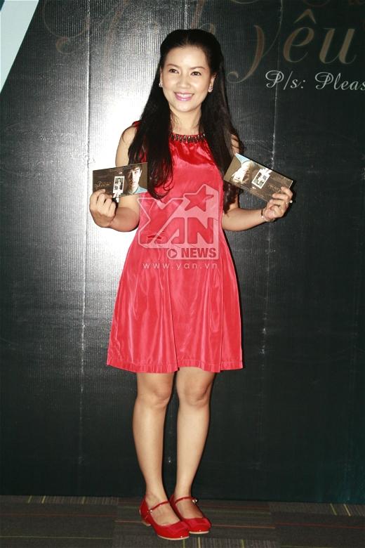 Diễn viên điện ảnh Ngọc Trinh diện đầm đỏ nổi bật.