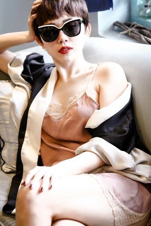 Vẫn trung thành với phong cách phóng khoáng cùng kiểu áo ngủ gợi cảm phối cùng khoác hờ kimono xu hướng hiện đại, Tóc Tiên bày tỏ sự mong chờ đối với nhân vật Anh- chàng trai tháng mười bí ẩn. Công việc dồn dập nhưng dường như cũng không thể ngăn được sự háo hức đến đáng yêu của cô nàng cá tính.