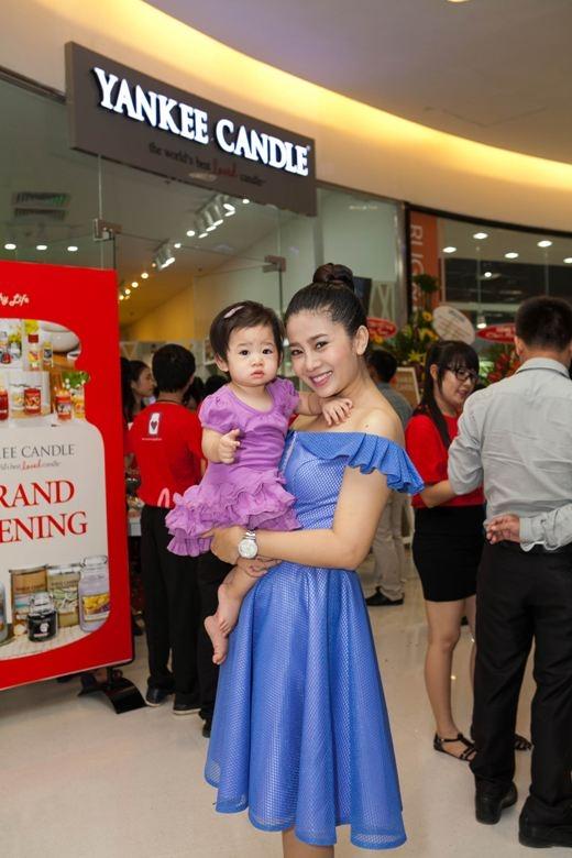 Tham dự sự kiện lần này cùng với với Ốc Thanh Vân còn có nữ diễn viên xinh đẹp Mai Phương. Cả hai ngôi sao là bạn thân thiết với nhau trong công việc và cuộc sống. Ốc Thanh Vân còn bật mí rằng mình là mẹ đỡ đầu của con gái Mai Phương - bé Lavie.
