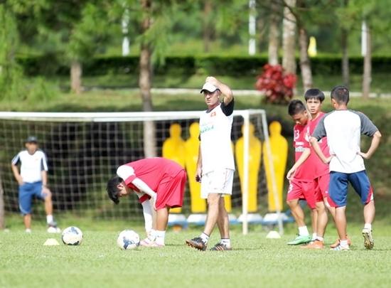 HLV Graechen Guillaume gấp rút hoàn thiện lối chơi cho tuyển U.19 Việt Nam