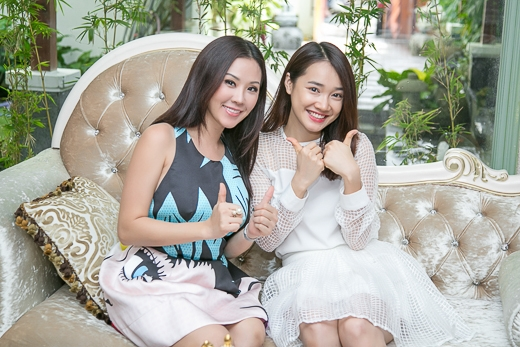 Với bộ đầm trắng thanh thoát, giản đơn, Nhã Phương có mặt tại Khơ Thịvào đầu giờ trưa. Tại đây, cô đã được chính Hoa hậu Thu Hoài tiếp đón và tư vấn.