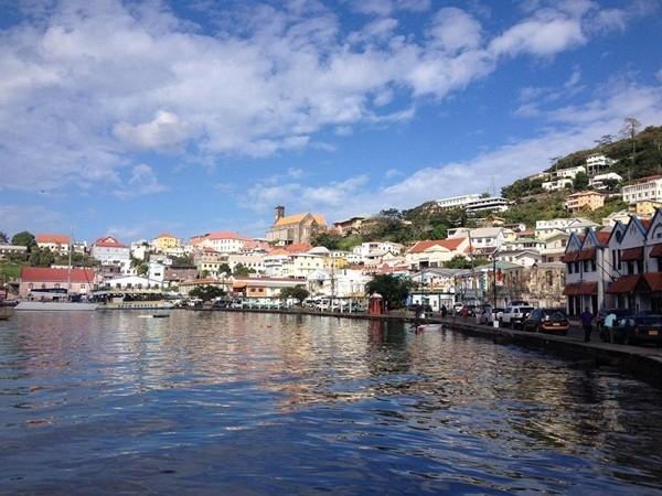Saint George, Bermuda - ngôi làng mang đậm những nét kiến trúc truyền thống tồn tại từ thế kỷ 17 với hàng loạt công trình có màu sắc tươi sáng như màu trắng, hồng, vàng, xanh dương.