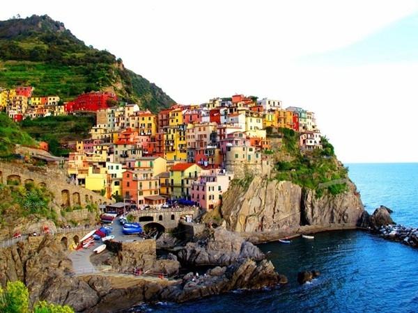 Manarola là một phần của ngôi làng Cinque Terre nổi tiếng nước Ý với hàng loạt ngôi nhà đầy màu sắc chạy dọc trên các vách đá.