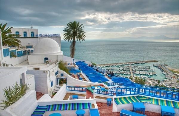 Sidi Bou Said ở Tunisia là một trong những thị trấn đẹp nhất bên bờ biển Địa Trung Hải với những tòa nhà quét vôi trắng điểm xuyết bằng những chi tiết xanh dương thú vị.