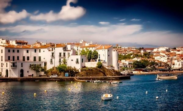 Cadaqués - thành phố xinh đẹp và lãng mạn của Tây Ban Nha tự hào với những ngôi nhà nhỏ xinh, con đường lát đá chạy dọc bờ biển và mang đậm bầu không khí nghệ thuật.