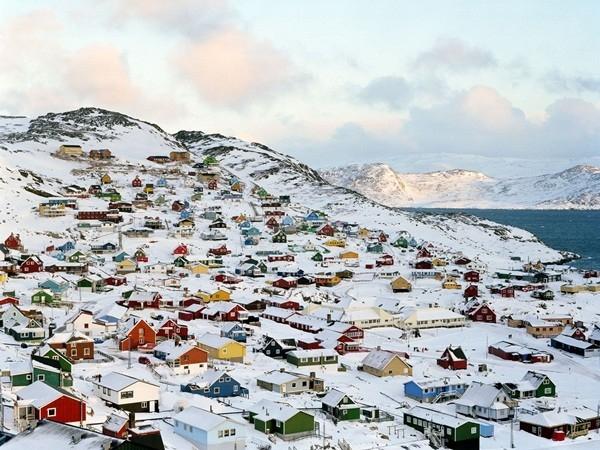 Ilulissat là ngôi làng vô cùng rực rỡ được thành lập từ những năm 1700, những ngôi nhà được sơn rất nhiều màu sắc khác nhau, trạm cảnh sát màu đen, nơi chứa thủy sản màu xanh hay bệnh viện màu vàng.