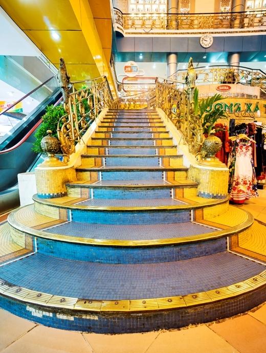 ( cầu thang đi lên với nền gốm Mosaic đã đón biết bao nhiêu triệu bước trâm qua hơn 100 năm tồn tại)