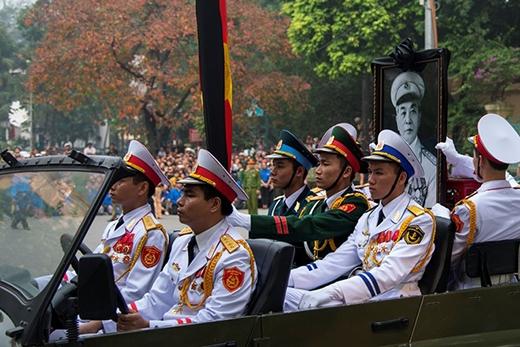 Các hãng thông tấn nước ngoài nhận định, đây là lễ quốc tang lớn nhất kể từ khi Chủ tịch Hồ Chí Minh qua đời năm 1969. Đoàn xe chở di ảnh và linh xa của Đại tướng chầm chậm lăn bánh trên đường phố thủ đô để đưa ông ra sân bay về với đất mẹ Quảng Bình.