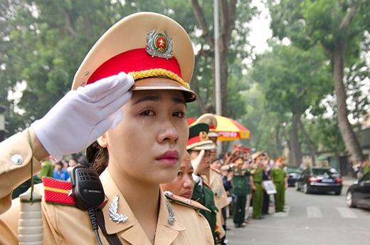 Đám đông xếp hàng dọc theo các đường phố ở Hà Nội với hình ảnh đại tướng trong tay và than khóc tiễn đưa ông - một huyền thoại dân tộc. Ảnh: Nguyễn Khánh - Tuổi Trẻ.