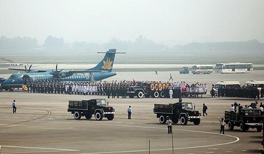 Chiếc máy bay ATR-72 làm nhiệm vụ đưa linh cữu Đại tướng về đất mẹ tại Quảng Bình vào buổi trưa cùng ngày.
