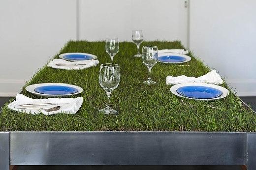 Bàn ăn xanh tạo cảm giác như đang trong một chuyến picnic ngoài trời