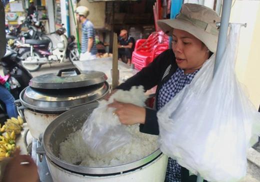 Ở phố cơm trắng Nguyễn Thông, quận 3, người lao động nghèo có thể mua 2.000 đồng cơm trắng cho một bữa ăn.