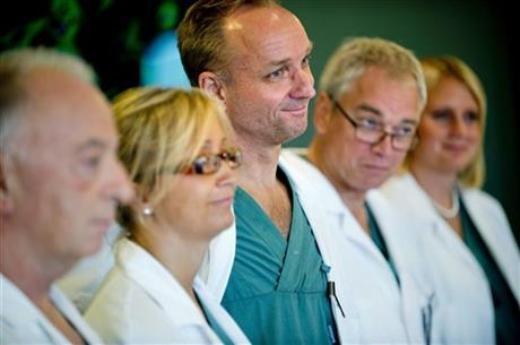 Các bác sĩ trong kíp cấy ghép tử cung cho người phụ nữ Thụy Điển - Ảnh: AP