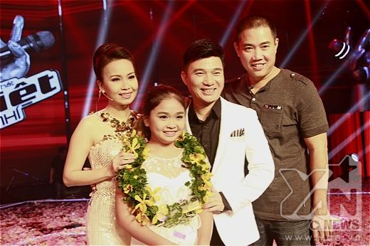 Thiện Nhân chụp ảnh kỉ niệm cùng với hai vợ chồng Cẩm Ly và nam ca sĩ khách mời Quang Linh.