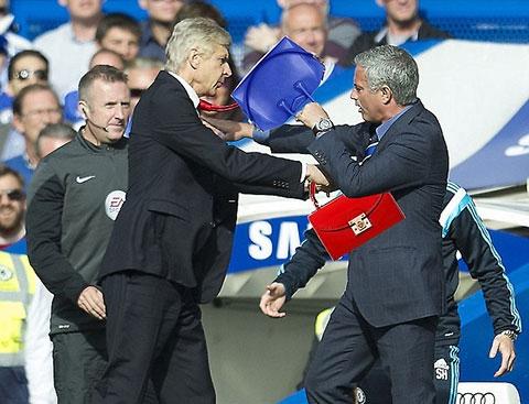 Hai 'thím' Wenger - Mourinho choảng nhaubằng ... túi xách