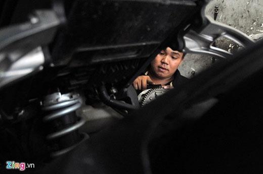 Đến năm 13 tuổi, Hoàng Anh theo cha lên TP.HCM làm thuê. Lúc đầu, cậu làm đủ thứ nghề từ chân sai vặt ở chợ Cầu Muối, đến đi phụ hồ, sửa xe máy.