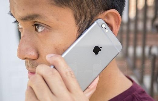 Một số người dùng cho biết họ bị đau khi tóc và râu mắc kẹt vào khoảng trống giữa màn hình với khung kim loại trên iPhone 6, 6 Plus. Ảnh: Phone Arena.