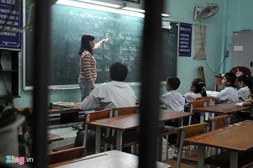 Ban ngày là thợ sửa xe, buổi tối từ 18h-20h Hoàng Anh lại cắp sách đến trường để học đánh vần 'i tờ' với các bạn đồng môn 6 tuổi.