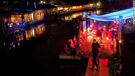 Berlin thực sự nổi tiếng với những hoạt động ăn chơi xuyên đêm. Người ta không quá bận tâm tới giờ giấc hay thậm chí ngày, tháng khi tới thủ đô của Đức. Yếu tố âm nhạc của Berlin cũng thực sự nổi bật so với những thành phố khác