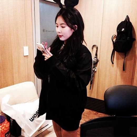 HyunA khoe hình đáng yêu và ngây thơ trong phòng trang điểm