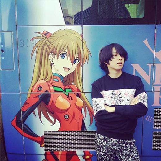 Heechul vô cùng hứng thú với xe buýt có hình hoạt hình tại Nhật Bản