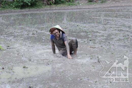 Quốc Bảo có một kỉ niệm nhớ đời khi được tắm sình trên ruộng lúa. Được biết, các cánh đồng này thường xuyên được bón phân hữu cơ.