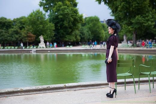 Đặc biệt với hai bộ đồ này, người đẹp đã sử dụng hiệu quả những chiếc nón đội đầu phong cách công nương của thương hiệu Celine Robert. - Tin sao Viet - Tin tuc sao Viet - Scandal sao Viet - Tin tuc cua Sao - Tin cua Sao