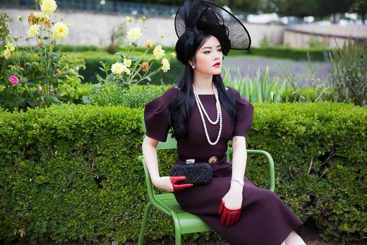 Người đẹp rất tinh tế khi sử dụng thêm thắt lưng Georges Hobeika cho chiếc đầm màu đỏ burgudy, giúp phom dáng thon thả, yểu điệu hơn, còn dây lưng buộc nơ cho chiếc áo trắng của thương hiệu Alberta Ferretti trở thành điểm nhấn cho một phong cách yểu điệu, yêu kiều. - Tin sao Viet - Tin tuc sao Viet - Scandal sao Viet - Tin tuc cua Sao - Tin cua Sao