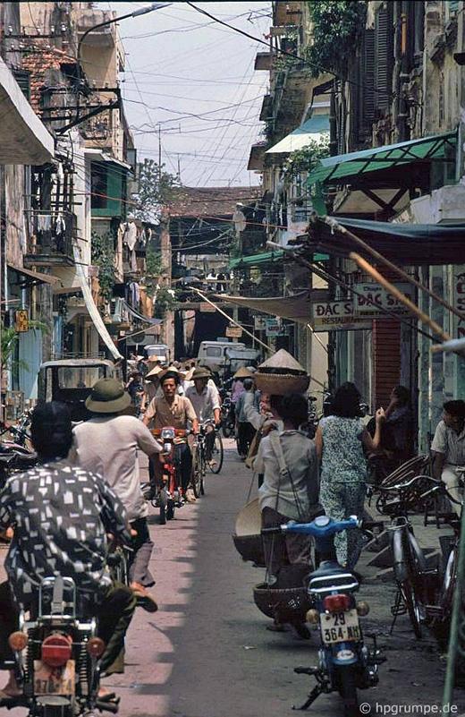 Một con phố nhỏ khá đông đúc