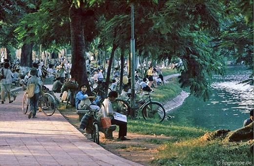 Người dân Hà Nội thường có thói quen ra ngồi thư giãn dọc các bờ hồ
