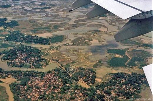 Hà Nội những năm 1990 nhìn từ trên cao thoáng đãng, và không có những tòa cao ốc trọc trời. Dòng sông Hồng cùng những đồng ruộng xung quanh tạo nên một khung cảnh rất giản dị, trong lành và bình yên.
