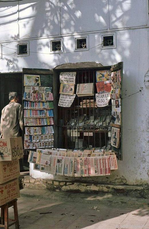 Một sạp bán báo ngày xưa