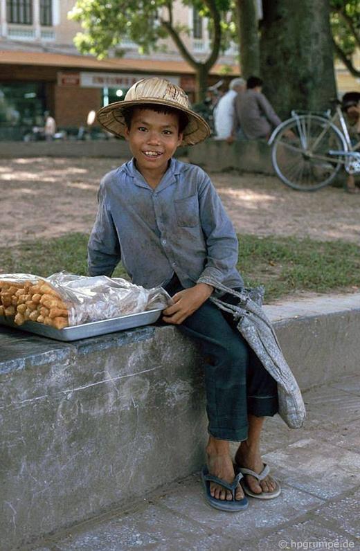 Đứa trẻ bán những chiếc bánh quẩy ở bờ hồ Hoàn Kiếm