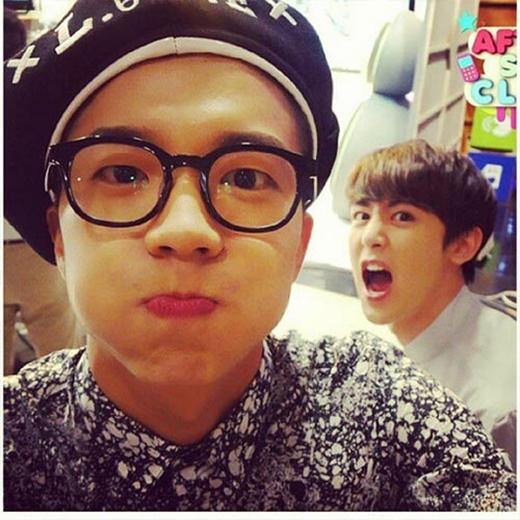 Wooyoung và Nichkhun nhí nhố làm trò chụp hình khiến fan vô cùng thích thú