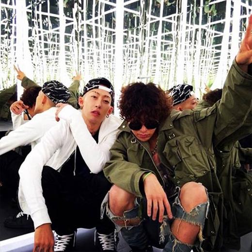 G-Dragon tạo dáng phong cách cùng Stylist và chụp hình qua gương