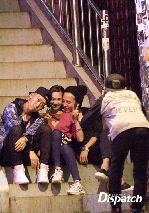 Họ còn cùng những người bạn chụp hình vui vẻ. G-Dragon thoải mái dựa vào bạn gái với nụ cười hạnh phúc.