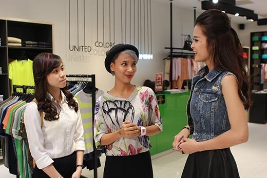 Xuất hiện trong trang phục năng động nhưng cũng không kém phần nữ tính và thời trang, Đông Nhi nhanh chóng làm quen với hai bạn gái may mắn được Thùy Minh giới thiệu với cô trong chương trình Một Ngày Mới.
