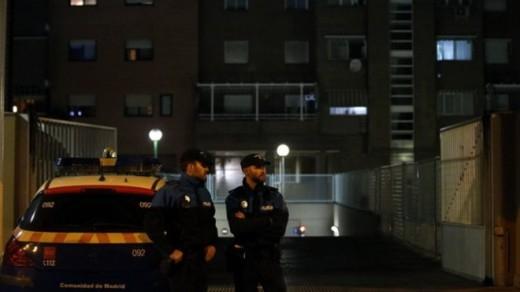 Cảnh sát đang đứng canh gác ở khu dân cư tại Alcorcon, Tây Ban Nha nơi nữ y tá Romero sống cùng chồng.