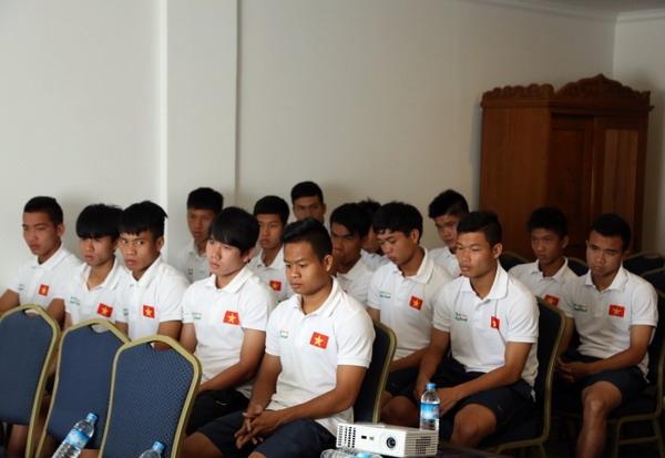 Các cầu thủ U.19 Việt Nam chăm chú lắng nghe