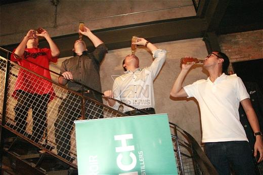 Louis tham gia trò chơi uống bia cùng bạn. - Tin sao Viet - Tin tuc sao Viet - Scandal sao Viet - Tin tuc cua Sao - Tin cua Sao
