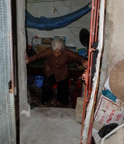 Ngôi nhà trọ tối om là nơi hơn 20 năm qua bà Hạnh sinh sống.