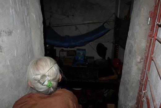 Bên trong nhà lúc nào cũng tối om như mực.
