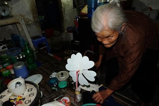 """Bà lão 84 tuổi sống cô độc trong nhà ngôi nhà trọ """"ổ chuột"""" ở Hà Nội"""