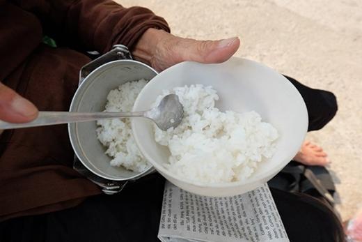 Bữa cơm trưa đơn giản chỉ có cơm trắng và một hai miếng thịt.